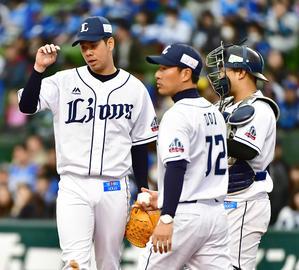 西武対DeNA 6回表DeNA2死一、二塁、降板する西武先発の多和田(左)(撮影・小沢裕)