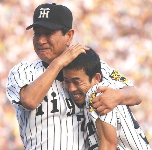 阪神赤星憲広(右)を抱きかかえる星野仙一監督(2003年9月15日撮影)