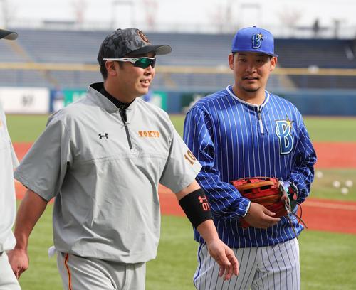 試合前の練習で話す左から巨人阿部とDeNA筒香(撮影・林敏行)