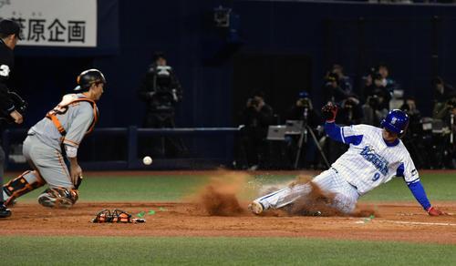 DeNA対巨人 3回裏DeNA2死一、二塁、ロペスの適時打で生還した二塁走者大和(右)。捕手小林(撮影・滝沢徹郎)