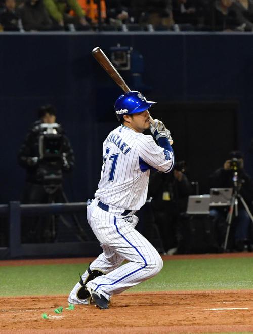 DeNA対巨人 3回裏DeNA2死一、二塁、宮崎は右前適時打を放つ(撮影・滝沢徹郎)