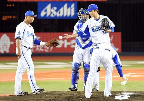 DeNA対巨人 6回表巨人2死一塁、マウンドを降りるDeNAの先発飯塚(撮影・たえ見朱実)