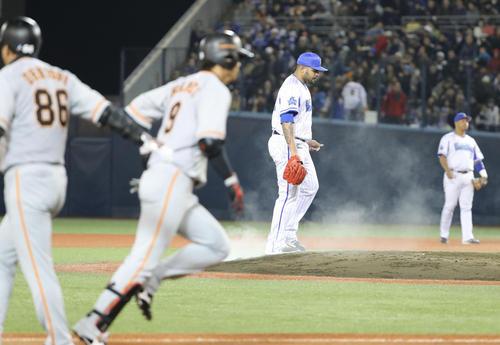 DeNA対巨人 6回表巨人2死一塁、亀井に逆転の右越え2点本塁打を許したエスコバー(撮影・林敏行)