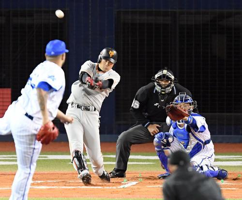 DeNA対巨人 6回表巨人2死一塁、右越え本塁打を放つ亀井。投手エスコバー(撮影・たえ見朱実)