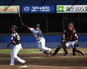 イースタン・リーグ公式戦 日本ハム対ロッテ 3回裏日本ハム1死一、二塁、右越え3点本塁打を放つ清宮(撮影・横山健太)