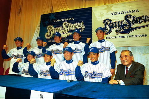 横浜新入団選手発表会見 前列左から2番目でガッツポーズを見せる内川聖一(2000年12月)