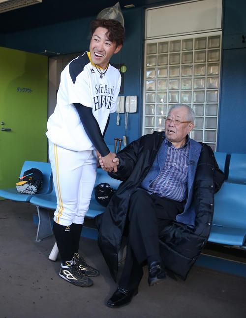 春季キャンプで野村克也氏(右)と握手する内川聖一(2018年2月11日、宮崎市生目の杜運動公園)