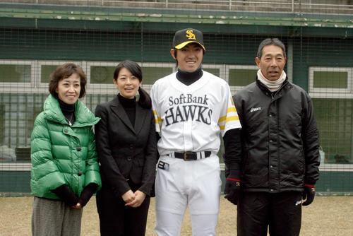 右から父一寛さん、内川、翼夫人、母和美さん(2010年12月11日、大分市多目的広場だいぎんスタジアム)