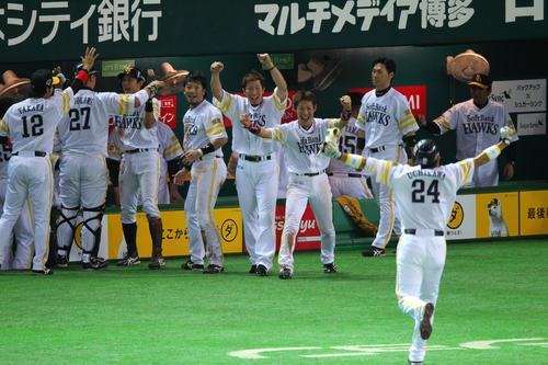 日本シリーズ第7戦ソフトバンク中日 内川は中前適時打を放ち、チームメートと喜び合う(2011年11月20日、ヤフードーム)