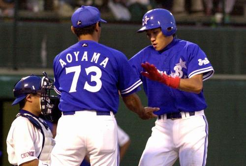 中日対横浜 5回1死内川聖一は左越えプロ初本塁打を放ち生還(2002年7月7日、石川県立野球場)