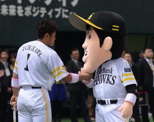 うっちーくんにアゴタッチをする内川聖一(2012年3月31日、ヤフオクドーム)