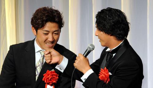 日本プロスポーツ大賞授賞式 石川遼にあごタッチされる内川(2011年12月20日)