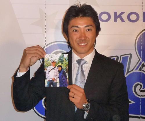 結婚記者会見を行う横浜内川。フジテレビ長野翼アナウンサーとの2ショット写真を披露(2010年3月24日)