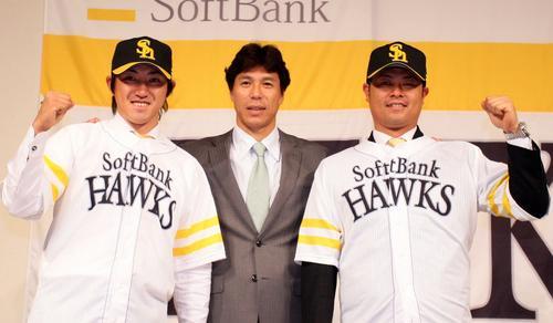 ソフトバンクへ入団会見(左から)内川聖一、秋山幸二監督、細川亨(2010年12月6日、福岡市内ホテル)