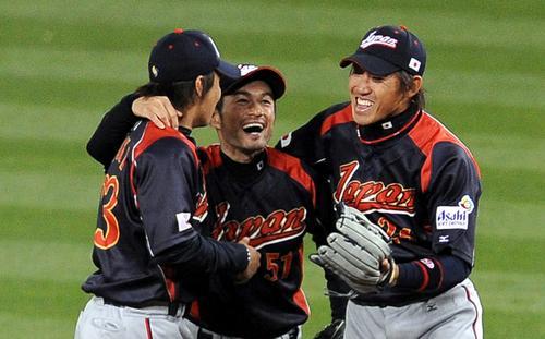 WBC決勝 韓国対日本 WBC2連覇に青木宣親、イチローと抱き合って喜ぶ内川聖一(2009年3月23日)