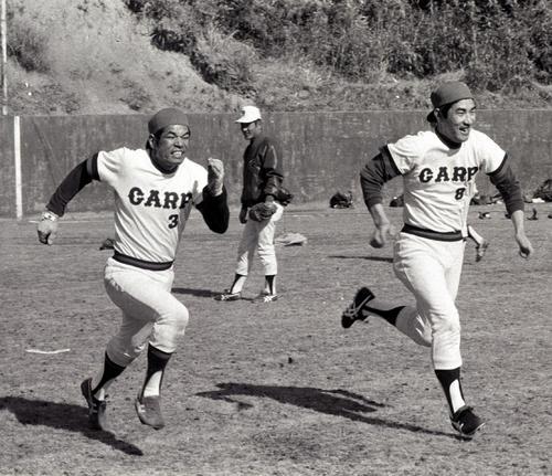 春季キャンプでダッシュする衣笠(左)と山本(1975年撮影)