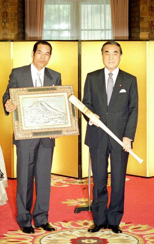 国民栄誉賞授賞式で中曽根総理と衣笠祥雄(1987年6月22日撮影)