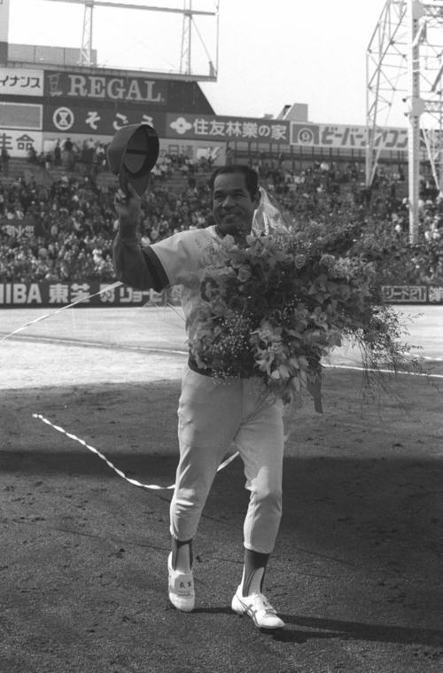 広島対ヤクルト 引退セレモニーで花束を手に笑顔の広島・衣笠祥雄氏(1988年3月27日撮影)
