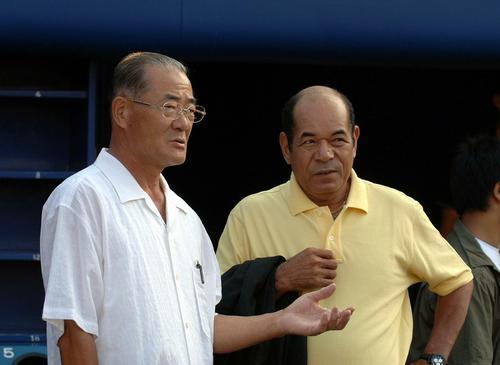 巨人の練習を見ながら話し込む張本勲氏と衣笠祥雄氏(2006年8月24日撮影)