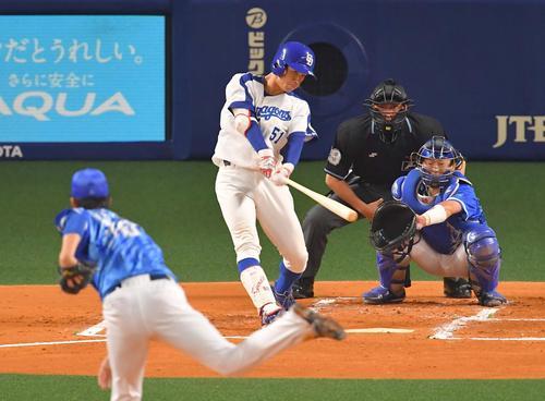 1回裏中日無死一塁、右越えに二塁打を放つ京田陽太(撮影・上田博志)