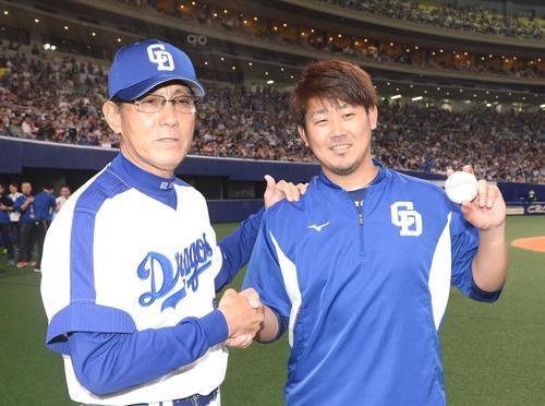中日対DeNA ウイニングボールを手に森監督(左)の祝福を受ける松坂(撮影・前岡正明)