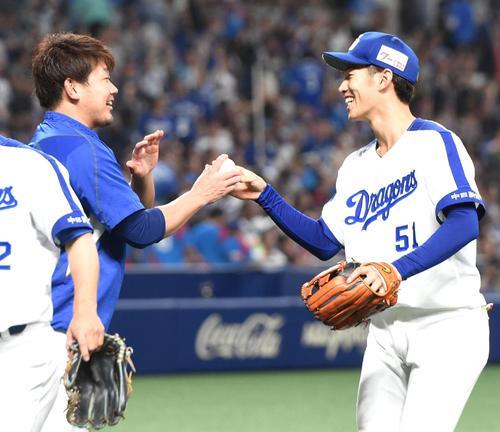 中日対DeNA 京田(右)からウイニングボールを受け取る松坂(撮影・前岡正明)