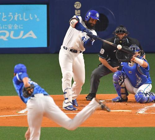 1回裏中日無死二、三塁、ソイロ・アルモンテが二ゴロで大島洋平が生還する(撮影・上田博志