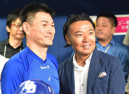ナゴヤドームを訪れ岩瀬仁紀(左)と談笑するプロゴルファーの片山晋呉(撮影・上田博志)