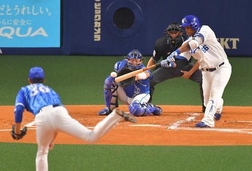 1回裏中日1死三塁、右前に適時打を放つダヤン・ビシエド(撮影・上田博志)