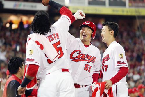 広島対巨人 3回裏広島無死、バティスタ(左)に続いて本塁打を放った鈴木(中央)は、笑顔でタッチを交わす。右は中村祐(撮影・加藤哉)