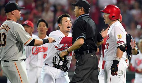広島対巨人 3回裏広島1死一、三塁、2打席連続で死球を受けた会沢翼が激高。止めに入る両チームナイン(撮影・ たえ見朱実)