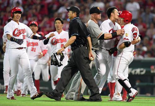 広島対巨人 3回裏広島1死一、三塁、会沢(右)が2打席連続で死球となり、乱闘騒ぎとなる(撮影・ たえ 見朱実)