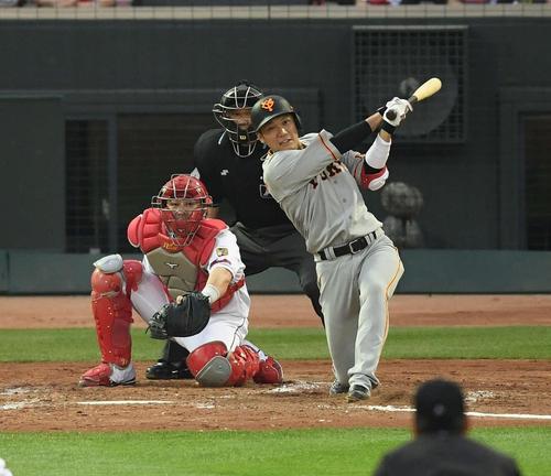 広島対巨人 2回表巨人2死一、三塁、中2点適時二塁打を放つ坂本勇。投手中村祐(撮影・鈴木みどり)
