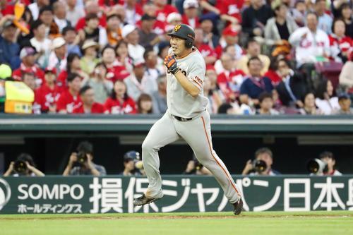 広島対巨人 2回表巨人2死一、三塁、山口俊は坂本勇の左越え適時二塁打で本塁へ激走する(撮影・加藤哉)