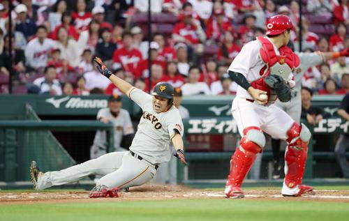 広島対巨人 2回表巨人2死一、三塁、山口俊は坂本勇の左越え適時二塁打で本塁へ激走し生還(撮影・加藤哉)