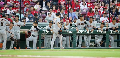 広島対巨人 2回表巨人2死一、三塁、坂本の左越え適時二塁打で生還した亀井(左)と山口俊(右)はベンチのナインから笑顔で祝福される(撮影・加藤哉)