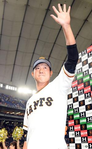 今季初勝利を挙げた巨人内海は、ヒーローインタビューを終え、ファンに手をふる(撮影・たえ見朱実)