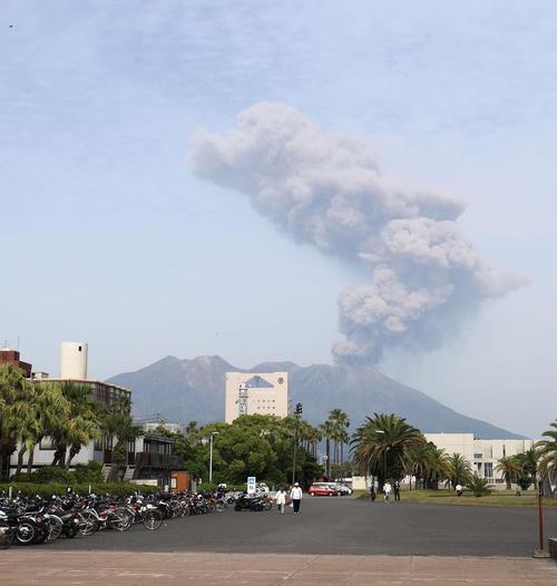 噴煙を上げる桜島(撮影・江口和貴)