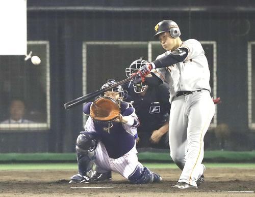 ヤクルト対巨人 3回表巨人無死、同点となるソロ本塁打を右越えに放つ岡本(撮影・江口和貴)