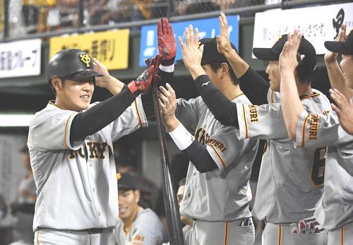 4回表巨人無死、右越えソロ本塁打を放った岡本(左)はナインから祝福を受ける(撮影・鈴木みどり)