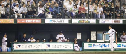 8回裏ヤクルト無死、日本球界復帰1号となるソロ本塁打を放った青木(右から2人目)はナインからの祝福がなく手を広げる(撮影・江口和貴)