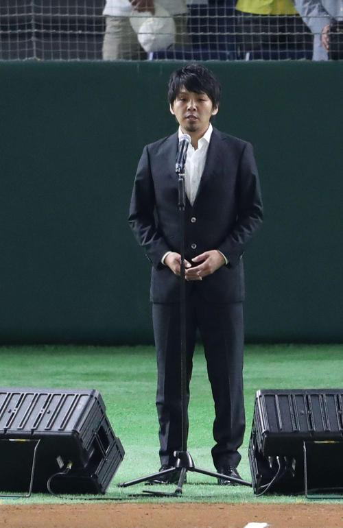 日本ハム対西武 試合前、君が代を独唱するシンガーソングライターの古沢剛(撮影・河野匠)