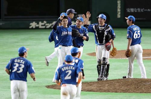 日本ハム対西武 西武に完封勝利を収め、ほっとしたような表情を見せる上沢(中央左)(撮影・河野匠)