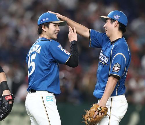 日本ハム対西武 完封勝利した上沢(左)は太田に頭をたたかれる(撮影・黒川智章)