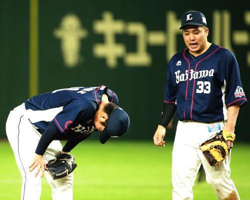 日本ハム対西武 マウンドでがっくりする西武十亀。右は山川(撮影・中島郁夫)