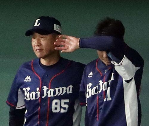 日本ハム対西武 7回裏日本ハム1死三塁、降板した十亀(右)をねぎらう 辻 監督(撮影・河野匠)