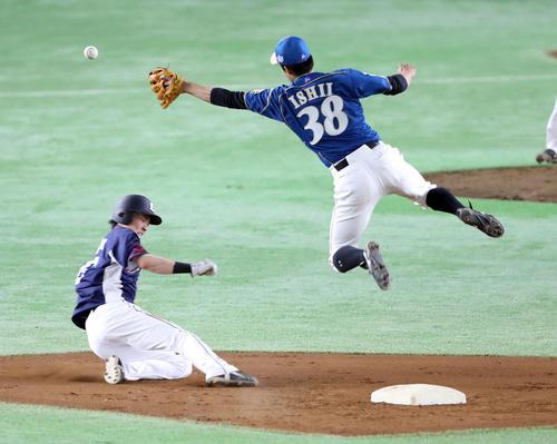 日本ハム対西武 3回表西武2死一塁、二盗を決める源田(撮影・河野匠)