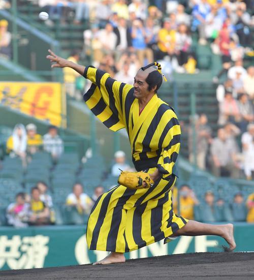 阪神対DeNA 始球式をつとめる俳優の阿部寛(撮影・上田博志)=2018年5月17日、甲子園球場