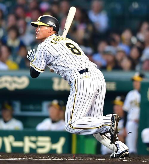 阪神対DeNA 4回裏阪神2死、中越えの同点本塁打を放つ福留(撮影・清水貴仁)
