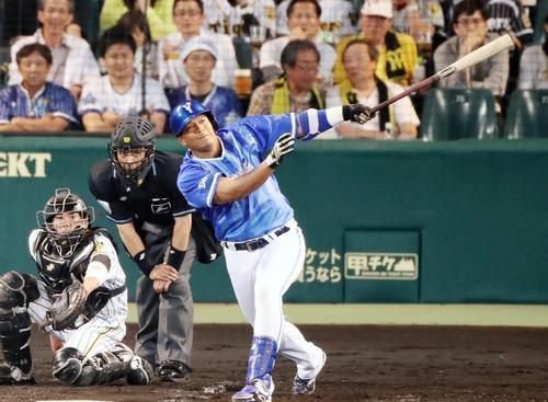 阪神対DeNA 5回表DeNA1死二塁、ロペスは左越え2点本塁打を放つ(撮影・加藤哉)